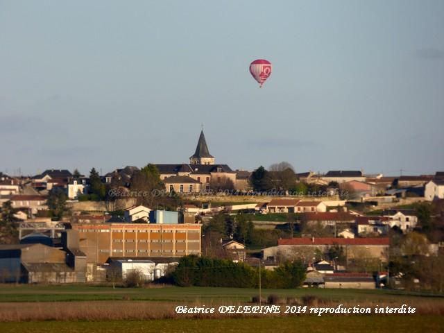 Montgolfière dans le ciel de Mirebeau